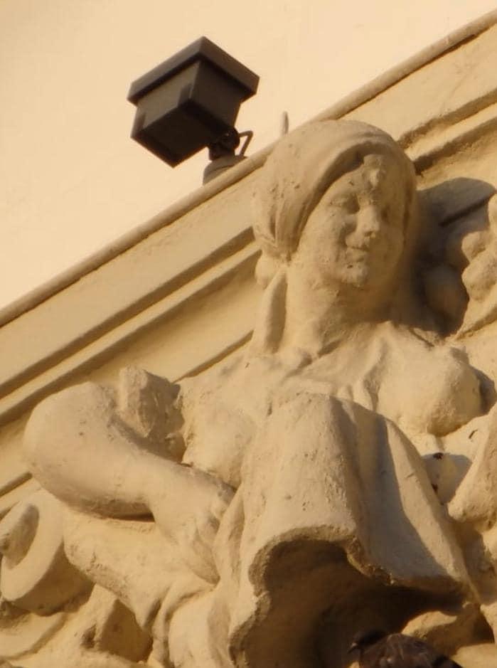 パレンシアのメインストリート沿いの女性像の修復前