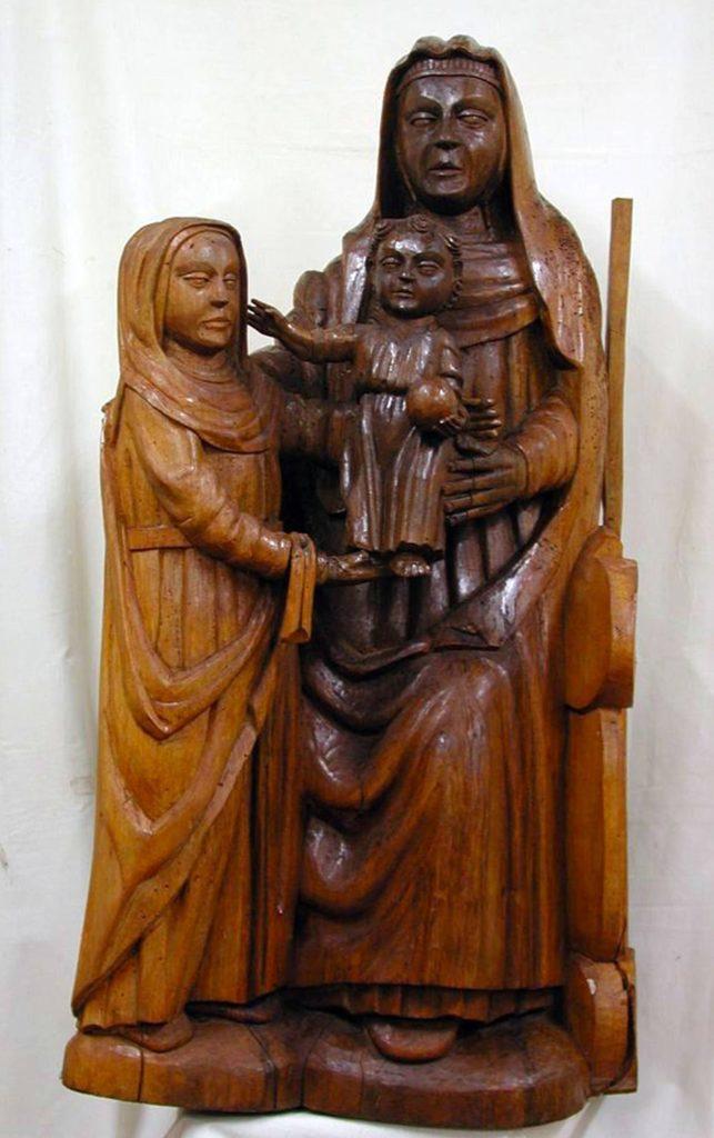 15世紀につくられた木彫りの聖母子像の修復前