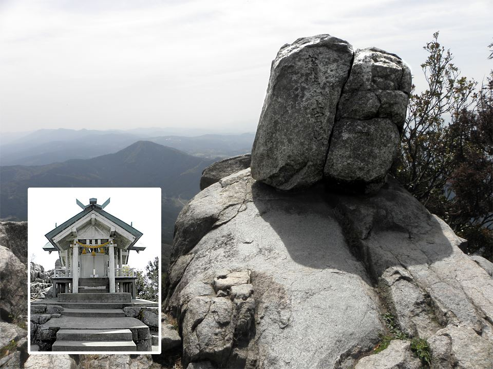 宝満山の山頂にあるもうひとつ割れた石