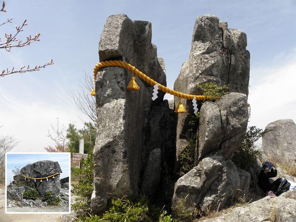 宝満山の山頂に二つに割れた「拝礼岩」