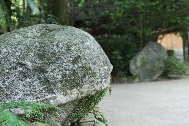 宝満宮竈門神社には恋が叶うという占い「愛敬の岩」