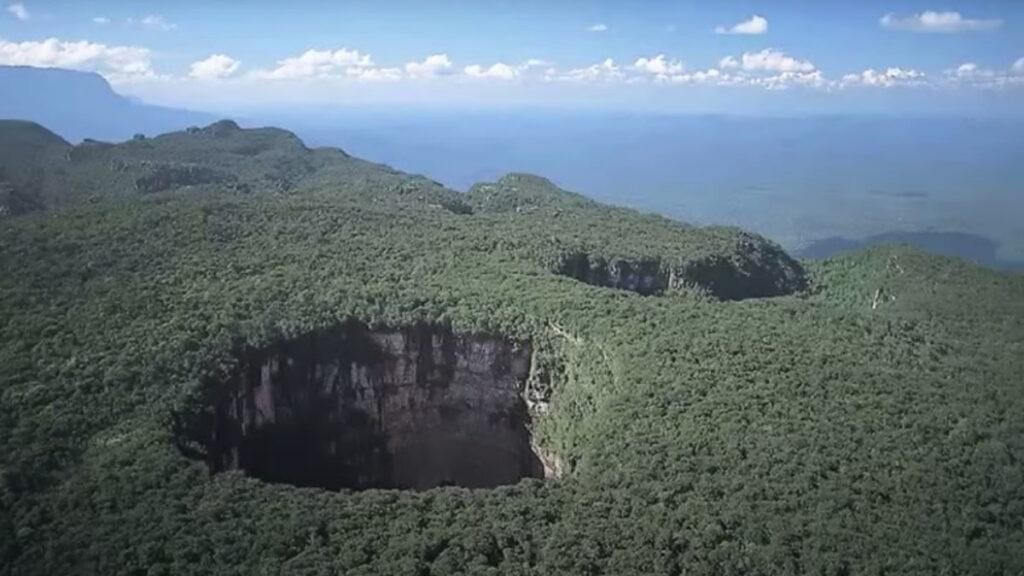 ベネズエラのギアナ高地「深さ350mのシンクホール」